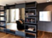 Raumteiler mit individueller Einteilung. Möbel als Sonderanfertigung vom Schreiner. Eiche, schwarz gebeizt und gebürstet. Spionspiegel als Sichtschutz. Tragkonstruktion in poliertem Edelstahl. Sonderanfertigung vom Innenarchitekten mit einzigartigem Design. Entree mit Sichtschutz und integrierter Garderobe.