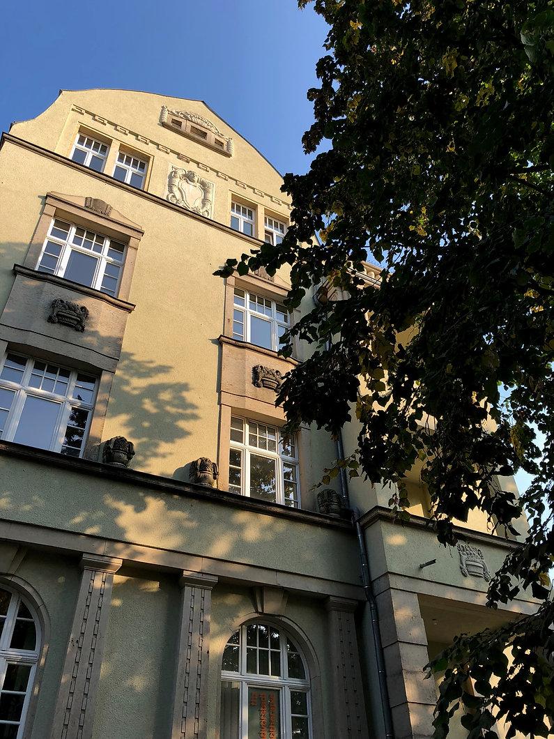 Fassadensanierung einer Original Jugendstilfassade aus Dresden Plauen. Bürgerliche Villa mit Wohneinheiten. Wiederherstellung der Original Putzstruktur. Sanierung von Sandstein Gewänden und Laibungen an Türen und Fenstern. Denkmalgerechte Sanierung von Fenster, Fensterbänken in Zink und Neuverglasung nach alten Mustern.