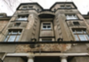 Wiederherstellung einer Fassade aus dem Jugendstil in Dresden. Sanierung der Putzornamentik. Ergänzung und Neugestaltung alter Putzprofile und Ornamentik. Wiederherstellung von Säulen und Friesen in Sandstein. Restaurierung alter Fensterprofile und Verglasungen.