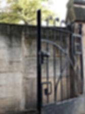 Original schmiedeeisernes Tor aus der Zeit des Jugendstils in Dresden. Denkmalgerechte Sanierung und wiederherstellung der Original Beschläge. Sanierung der Sandsteingewände.