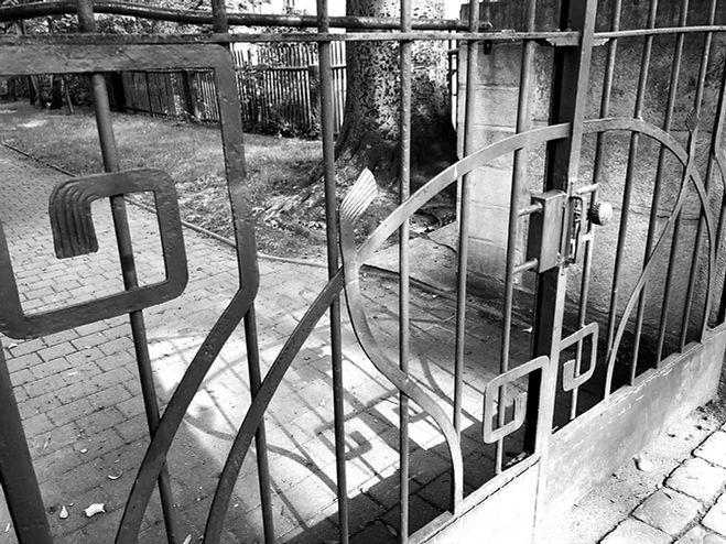 Denkmalgerechte Sanierung eines Schmiedeeisernen Tores aus der zeit des Jugendstils in Dresden Striessen. Wiederherstellung der Sandsteingewände.