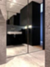 Verspiegelte Schranktüren in stivollem Design. Handwaschbecken von Lauffen mit edler Armatur von dornbrach für exklusive Kundenwünsche. Beste Gestaltung und Innenarchitektur, kombiniert mit hochwertigem Innenausbau. Detaillierte Fliesenplanung. Wohlfühlbad auf höchstem Niveau.