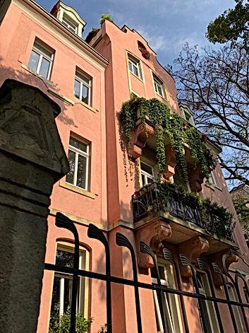 Jugendstilfassade um 1900 in Dresden. Komplettsanierung von Wohnungen in denkmalgerechter Weise. Originalgetreue Sanierung der denkmalgeschützten Einfriedung mit schmiedeeiserner Ornamentik. Balkone auf Putzsockel mit Originalfries und Stuckornamenten.