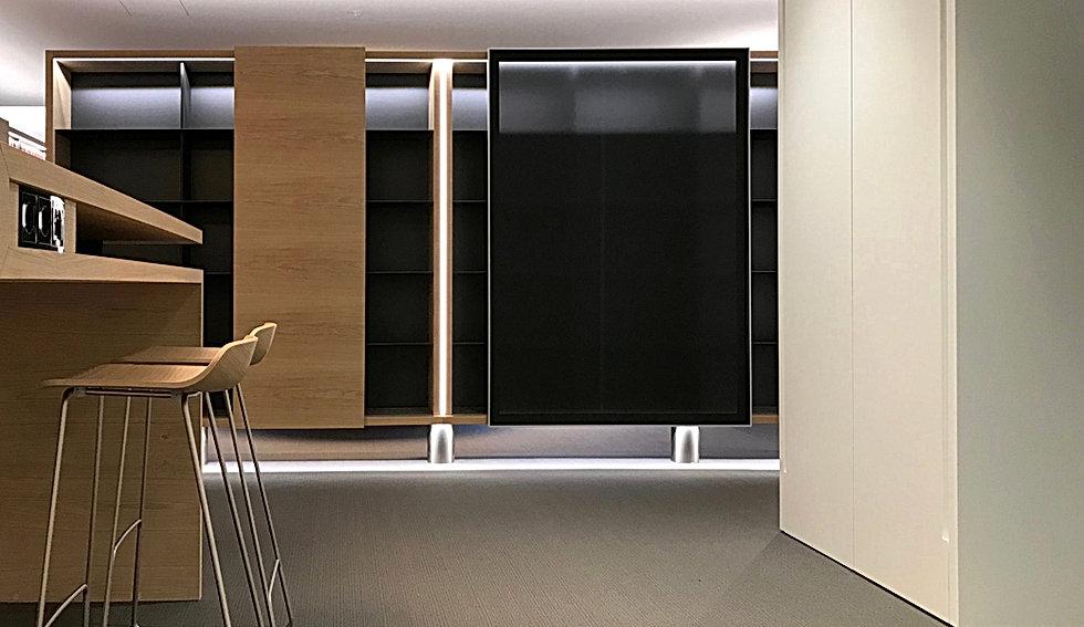 Spezialanfertigung von Archivschrank mit Schiebetüren aus gebürsteter Eiche. Gestaltung und Design als Raumteiler und Sichtschutz zu Arbeitstischen. Dünne Regalböden in anthrazit mit intergrierter Beleuchtung. Schiebelemente in satiniertem Plexi in dunkelgrau mit Alueinfassung.
