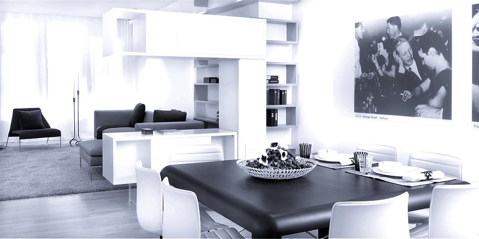 Wohnzimmer Design vom Innenarchitekten geplant und ausgebaut. Bücherregal als Raumteiler in Eiche natur. Wandbilder vom Designer ausgewählt.