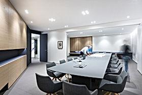Besprechungstisch im Konferenzraum für 25 Personen. Voll elektrifiziert mit Anschlüssen für Internet und Beamer. Tisch erweiterbar zwischen zwei Räumen zu Konferenzzwecken. Robuste, kratzfeste Oberfläche für tägliche Benutzung. Individuell vom Innenarchitekten geplantes Lichtkonzept mit schwenkbaren LED Einbaustrahlern für Blendfreies Arbeiten am Arbeitsplatz.