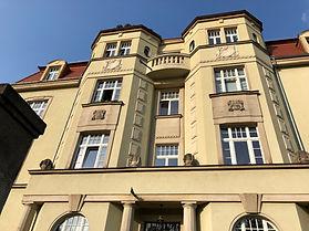 Fassadenrenovierung eines Denkmals aus der Gründerzeit in Dresden. Komplettsanierung der Fassaden mit Stuck- und Natursteinornament. Fensterdesign nach alten Vorlagen mit Originalsprossen.