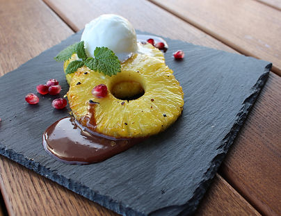 Pfeffer-Ananas mit Joghurt-Glace & Schoggi-Sauce