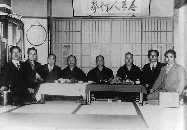 Karate meesters in Tokyo(dertiger jaren van de vorige eeuw); van links naar rechts:Toyama Kanken,Ōtsuka Hironori, Shimoda Takeshi,Gichin Funakoshi, Motobu Chōki,Mabuni Kenwa, Nakasone Genwa enTaira Shinken.