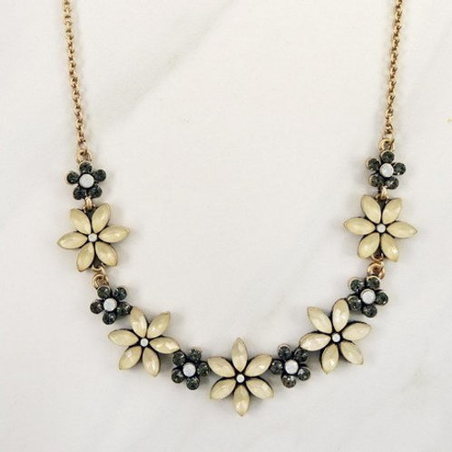 Feminine and floral necklace