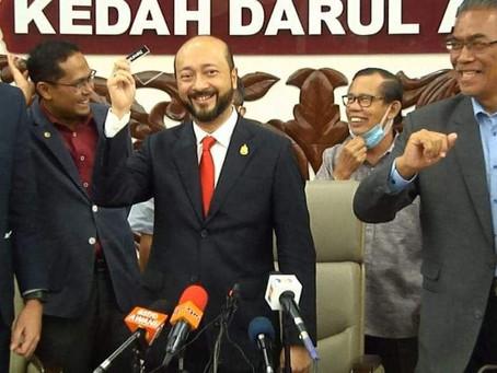 Mukhriz tanggal 'nametag' di saat akhir bergelar Menteri Besar Kedah