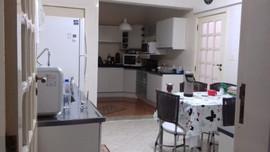 Cozinha vista da sala de jantar