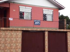 Fachada, mostra terraço e garagens