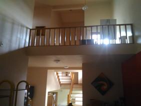 Vista das escadas interna em madeira