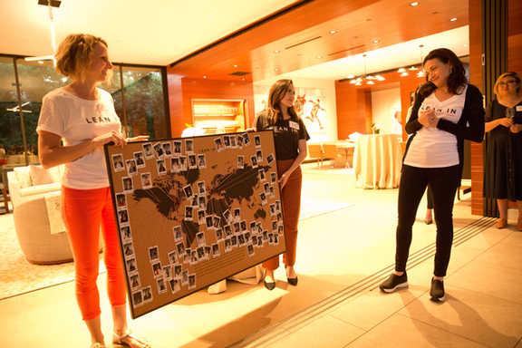 Slávnostné odovzdanie mapy Lean In networkov na Lean In konferencii, priamo v dome Sheryl Sandberg pri príležitosti jej 50-tych narodenín