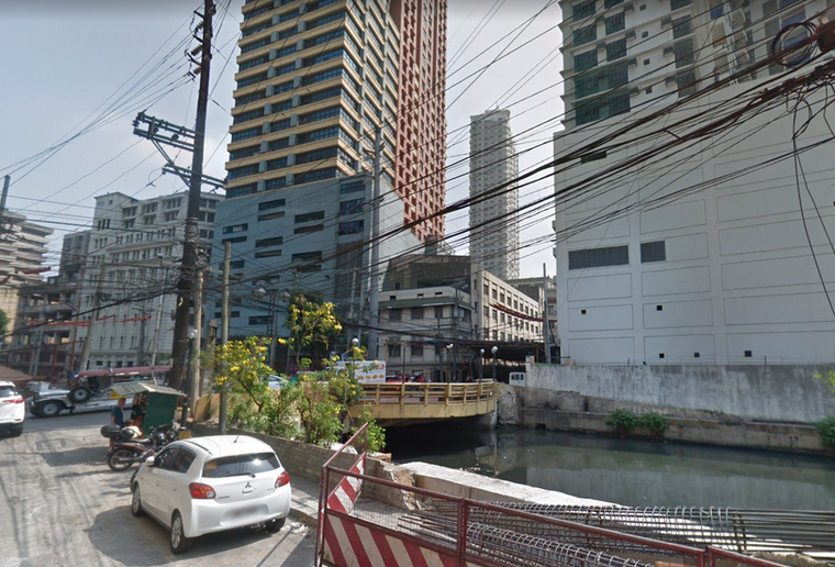 Bridge crossing Estero de Binondo