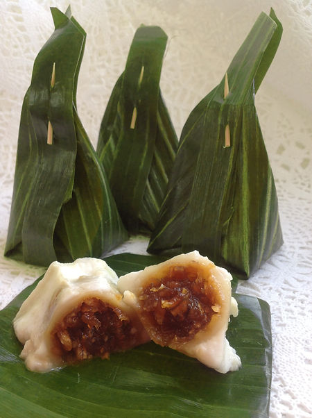 Kha-Nohm Sai Sai Steamed Flour with Coconut Filling by Patchmon's Thai Dessert, Toronto, Ontraio, Canada