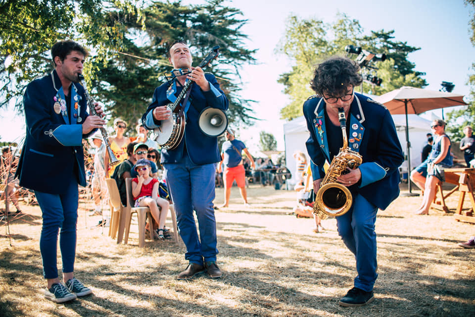 La Brigade revisite avec talent, dynamisme et humour des grands standards du jazz et du blues de la Nouvelle Orléans des années 30 aux tubes yéyés des années 60 dans la peau de quatre gendarmes un rien déjantés...