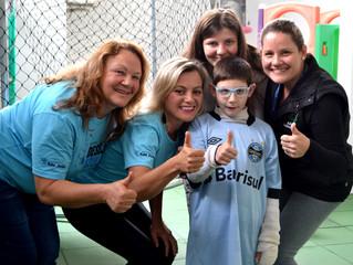 Gremistas ganham camiseta do time do coração de voluntários