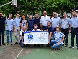 APAE recebe 25 mil reais do evento Craques Solidários