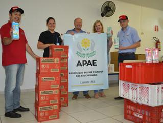 APAE recebe 300 litros de leite em campanha do Lajeadense com a Languiru