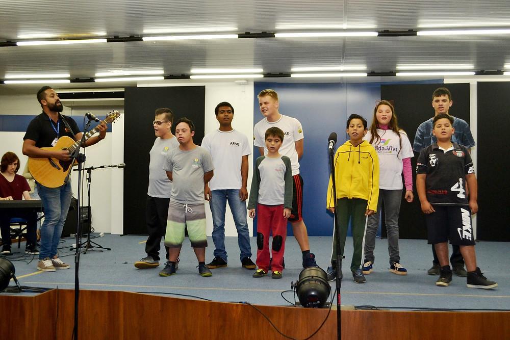 """Na modalidade música as crianças apresentaram """"A vida vale mais"""" com o professor de música Walter Silva. Eles receberam homenagem de participação"""