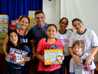 Caravana doa 300 brinquedos para APAE Lajeado