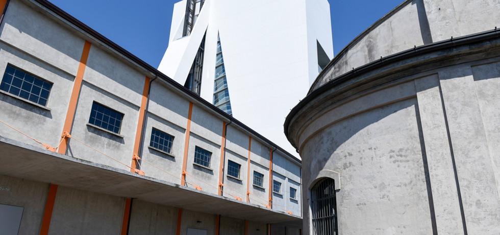 せめぎ合う均衛に遊ぶ、モダンアートと建築。ミラノの 「プラダ財団美術館」