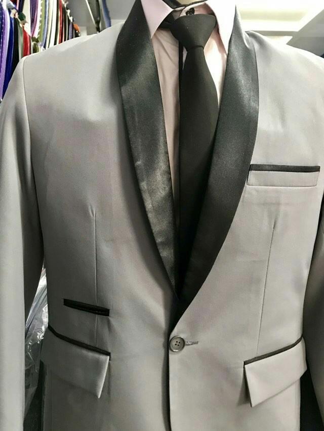 terno cinza com lapela em preto