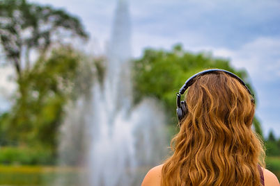 Femme de dos écoutant de la musique
