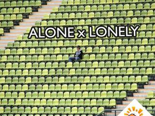 """Qual a diferença entre """"alone"""" e """"lonely""""?"""