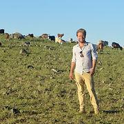 Victor Chevrillon dans le Gobi auprès des chèvres