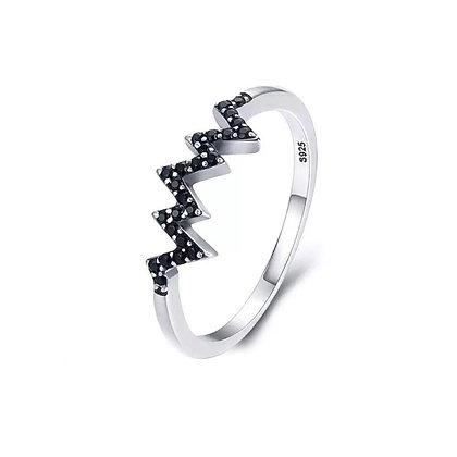 טבעת זיגזג בשיבוץ זרקונים שחור