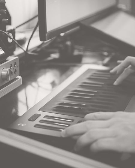 Miquel Tejada componiendo música