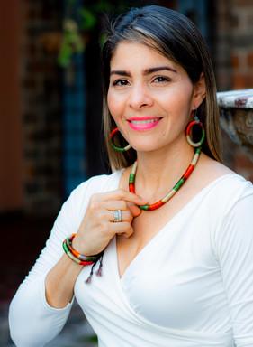 Juego de pulsera y collar estilo africano, base de cordón forrado en hilo, broche en madera colores variados. Hechos a mano