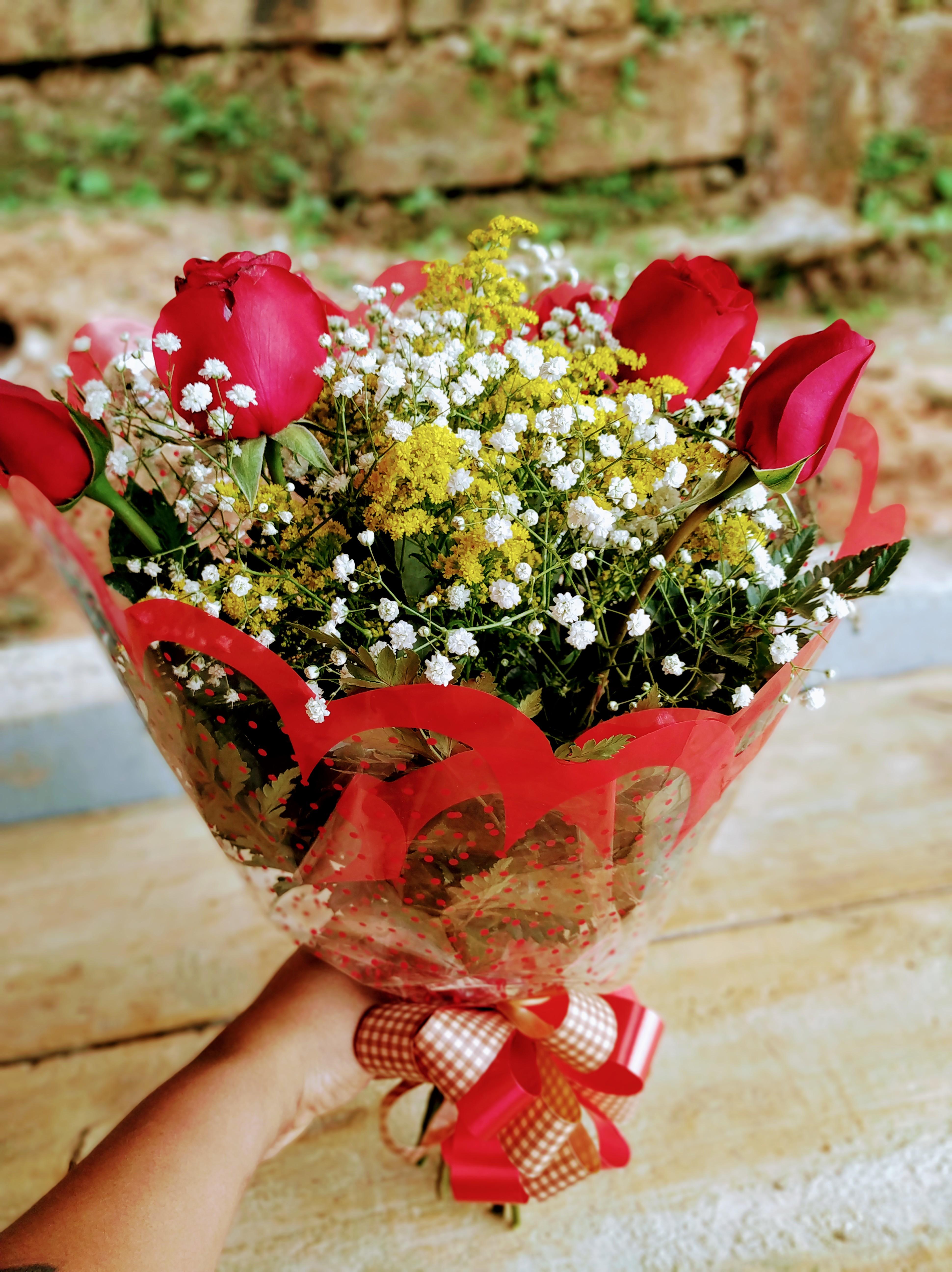 Buquê de flores 6 rosas R$ 85