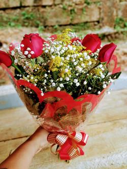 Buquê de flores 6 rosas R$ 118