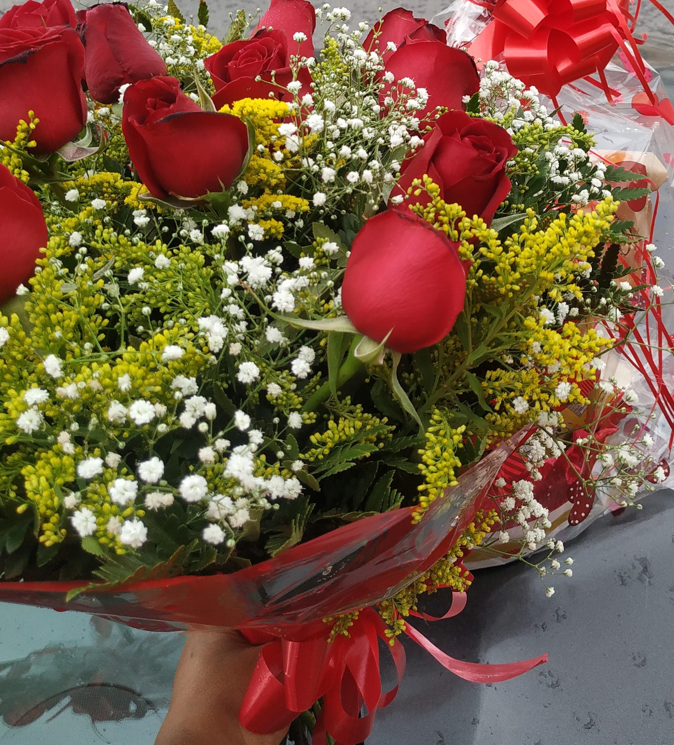 Buquê de flores 12 rosas R$ 100