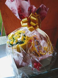 Cesta bombons c/ vaso de flor R$ 99