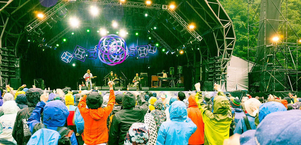 The Golden Cups performing at the 2017 Fuji Rock Festival.