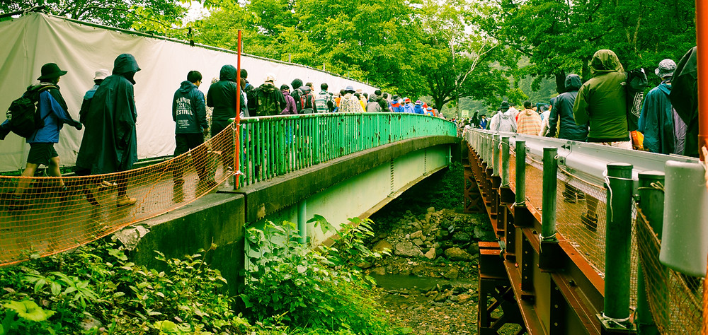 Crossing the bridge to the Green Stage.