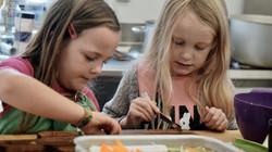 Piger ordner grøntsager