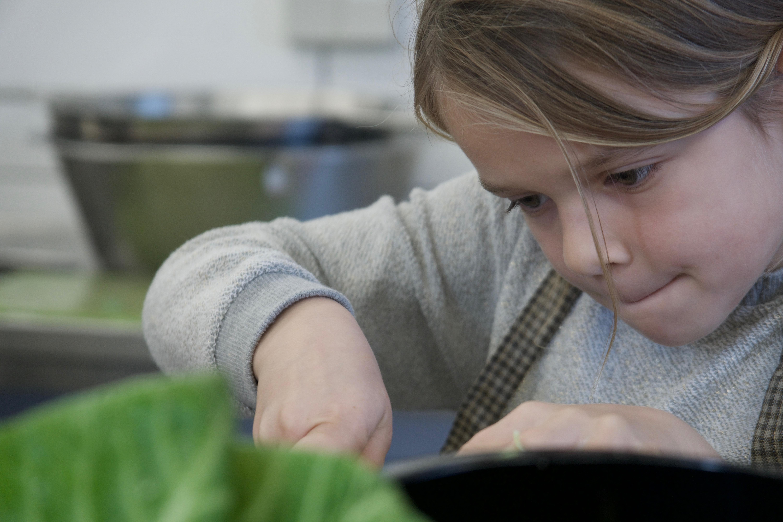 Pige ordner grøntsager