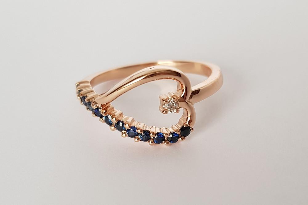 Zelta gredzens ar smalku safīru joslu