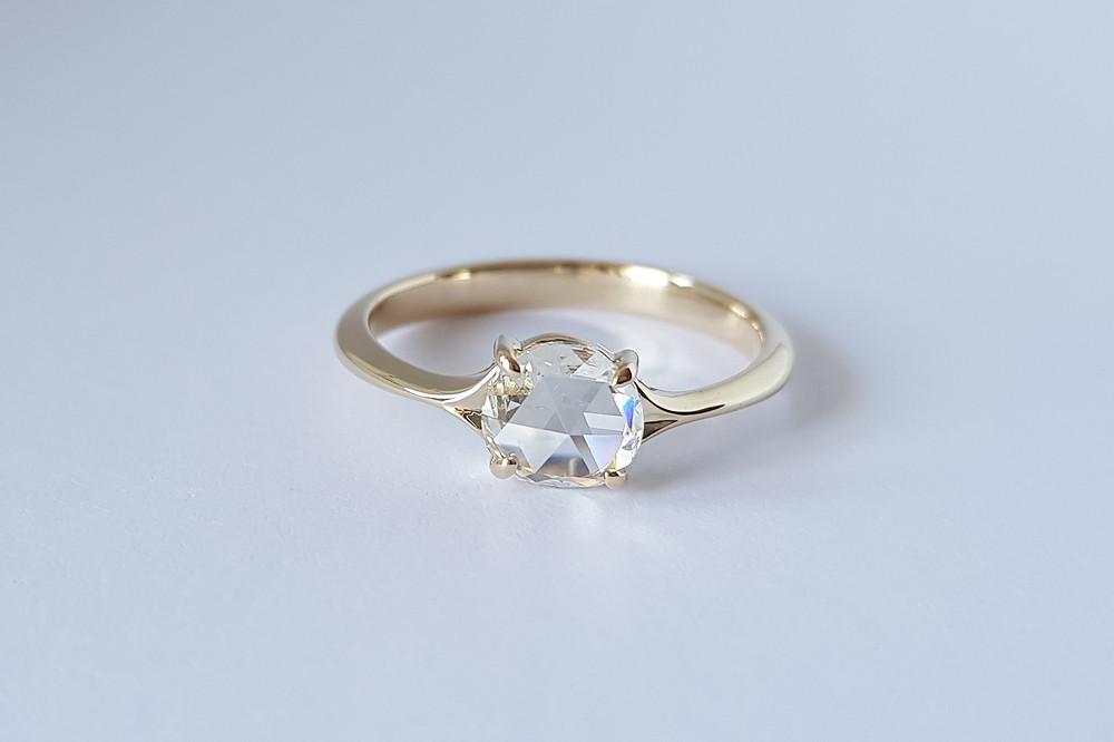 0,6 karātus liels rozes slīpējuma dimants smalkā zelta gredzenā.