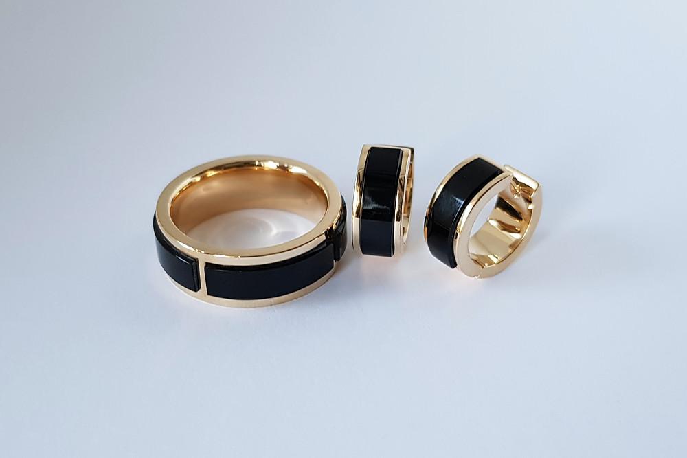 Rotaslietu komplekts – zelta gredzens un auskari ar melno oniksu.