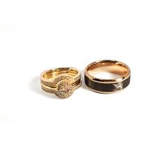 Gredzenu komplekts ar karbonu vierieša gredzenā un neparastu formu risinājumu līgavas komplektā
