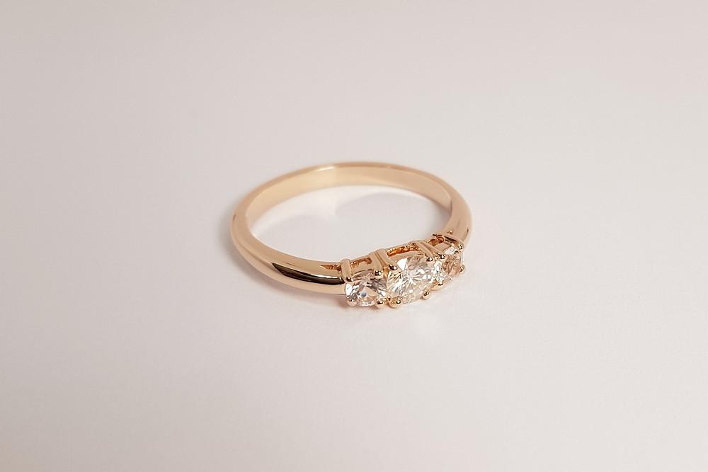 Zelta gredzens ar trīs briljantiem.
