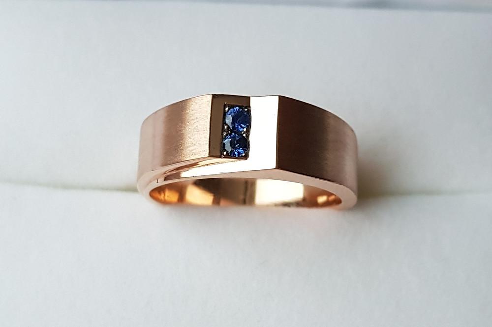Masīvs zelta gredzens ar diviem safīriem.