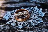 laulību gredzens ar akmentiņiem.jpeg
